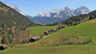 Via Claudia Augusta bei Obergarten mit Mieminger Bergen im Hintergrund