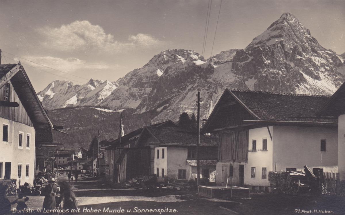 Dorfstraße in Lermoos mit Sonnenspitze - die Hohe Munde wird man auf dem Bild vergeblich suchen - Hans Huber (vmtl. 30er Jahre)