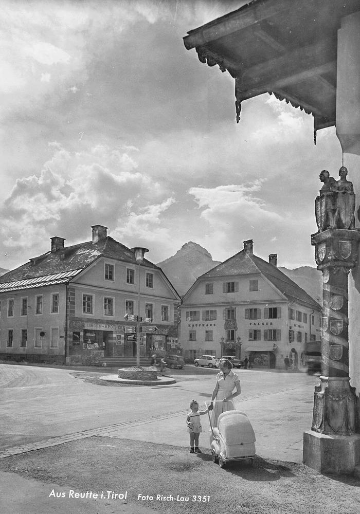 Am alten Kornplatz in Reutte - Lindenapotheke, Falger-Haus und die Wehrmann-Wappensäule - Foto: Sammlung Risch-Lau, Vorarlberger Landesbibliothek