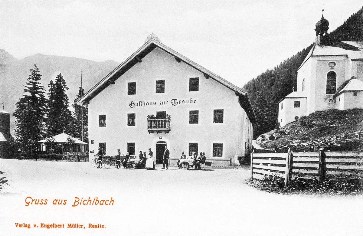 das Gasthaus zur Traube und die Zunftkirche hl. Josef in Bichlbach - etwa 1920er