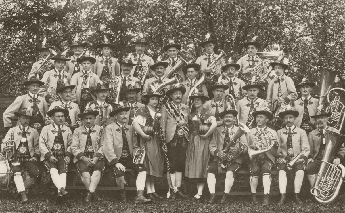 Gruppenaufnahme der Bürgermusikkapelle Reutte - das Jahr der Aufnahme ist leider nicht bekannt - Foto: E. Müller (Reutte) - Bild veröffentlicht mit freundlicher Genehmigung durch Heidi Wohlgenannt