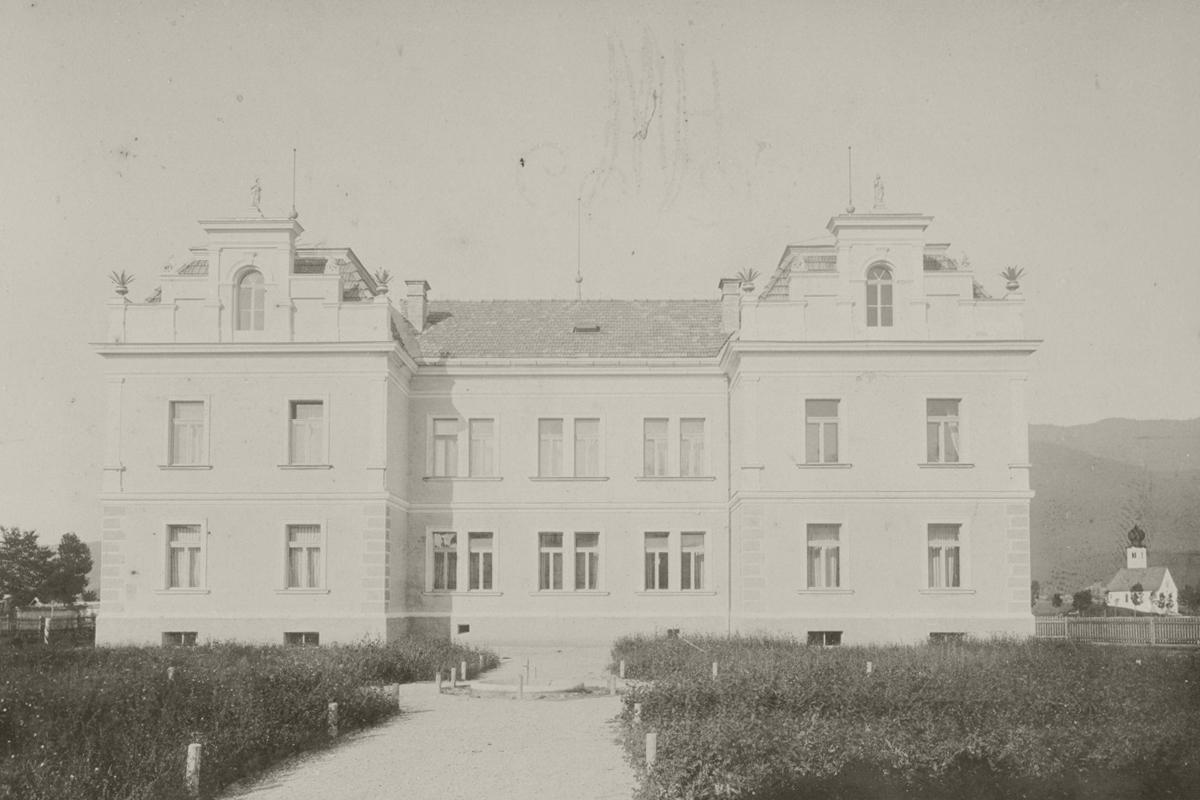 Lehrmittel-Ausstellung der Volksschule Reutte 1898 - Schulgebäude