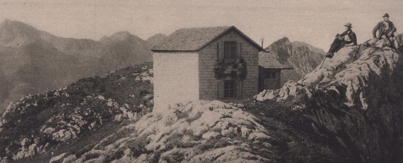 Der erste Bau der Pfrontner Hütte, welche aber am 27. Dez. 1921 ein Raub der Flammen wurde