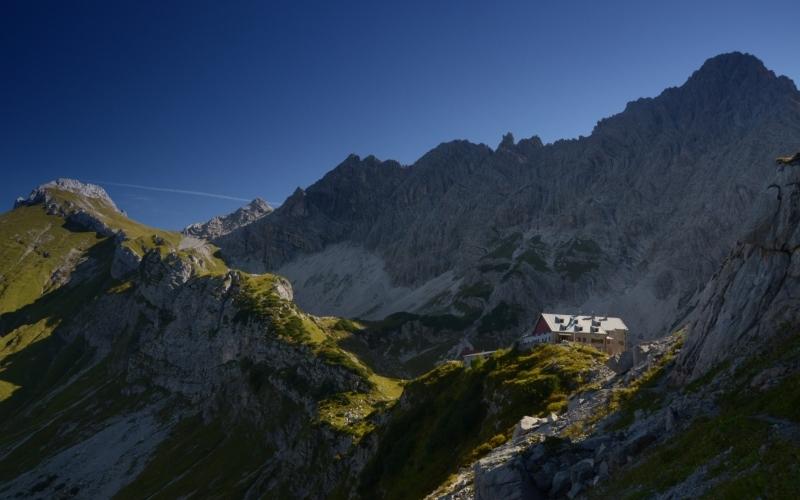 """Vom Giebelhaus geht es hinauf zur Alpenvereinshütte """"Prinz-Luitpold-Haus"""", das Ausgangspunkt zur Besteigung des """"Hochvogels"""" ist. Foto: Wolfgang B. Kleiner"""