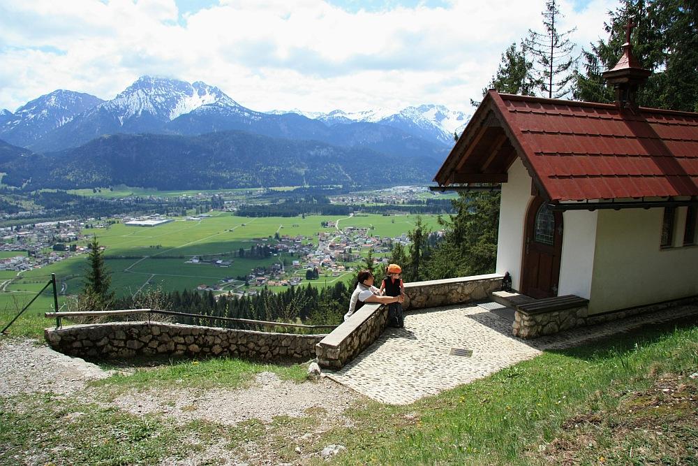 Ausblick von der kleinen Kapelle über Lechaschau hin zum Thaneller
