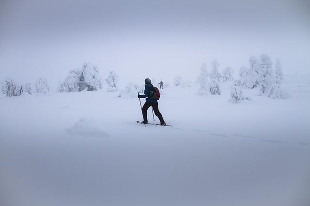 schneeschuhgänger im nebel